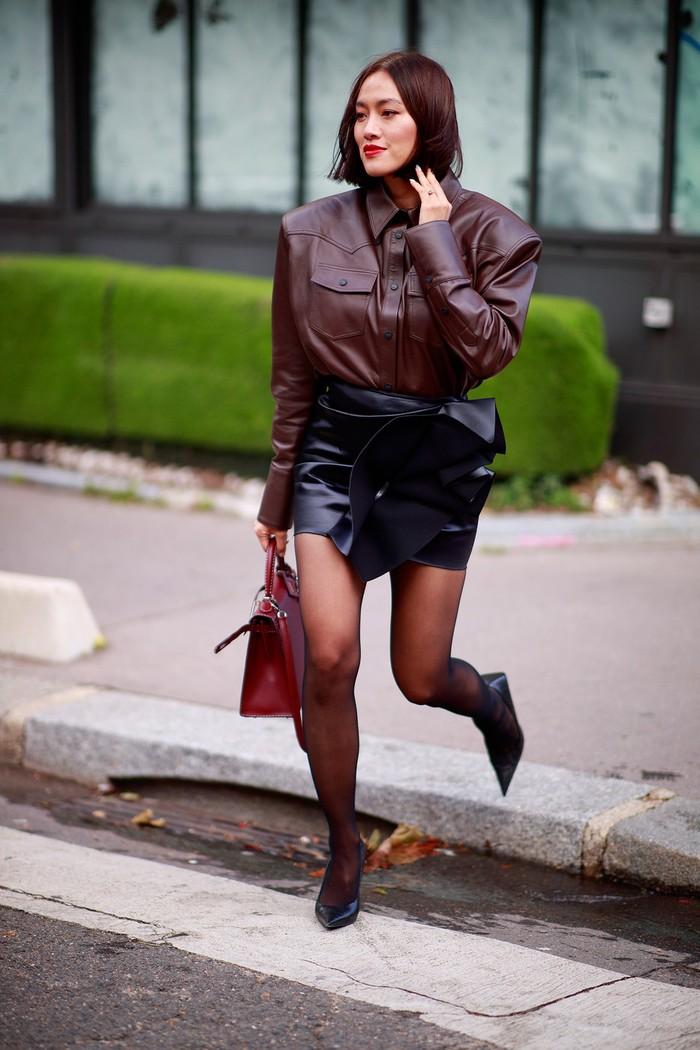 Lupakan gaya serba denim, today it's all about leather on leather! Jangan ragu untuk bermain dengan warna dan siluet. Foto: livingly.com/IMAXtree