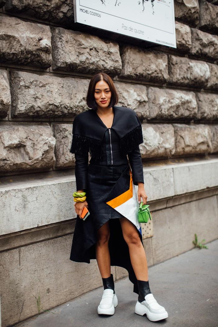 Tampil retro bernuansa futuristik dalam busana hitam aksen motif grafis multiwarna. Plus pilihan sepatu unik. Foto: livingly.com/IMAXtree