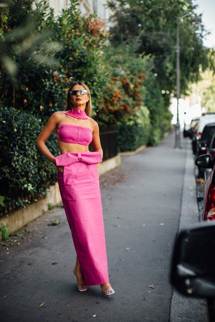 Warna blush pink dapat tampil flirty lewat padanan crop top[ dan rok panjang. Foto: livingly.com/IMAXtree