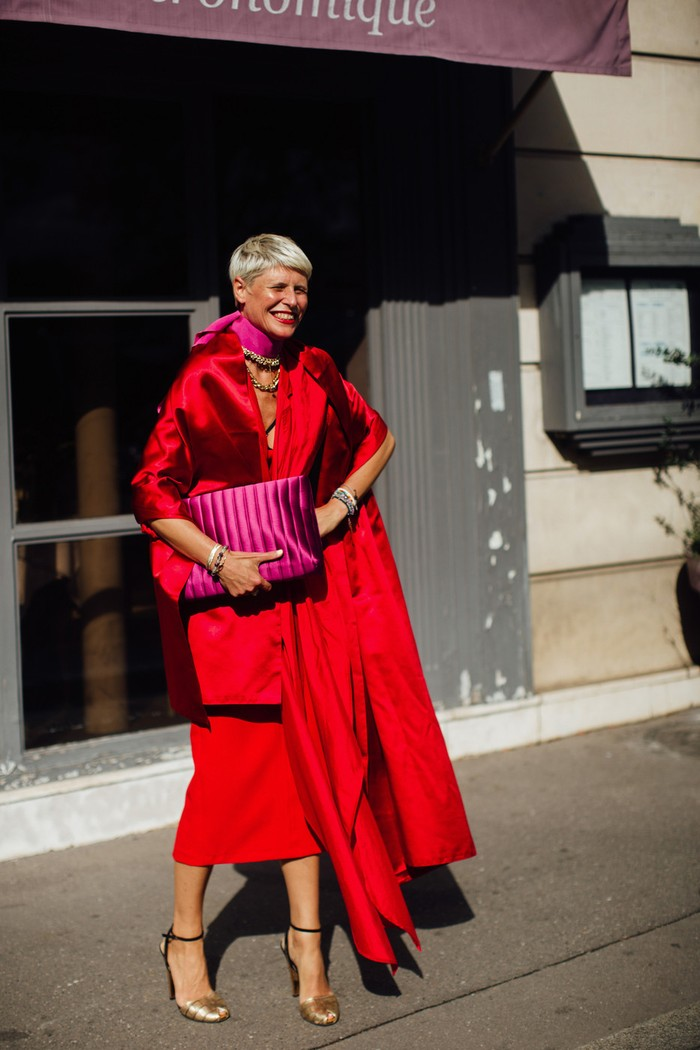 Surprisingly, warna merah selalu terlihat elegan ketika dipasangkan dengan rona blush. Jangan ragu untuk bermain dengan cutting. Foto: livingly.com/IMAXtree