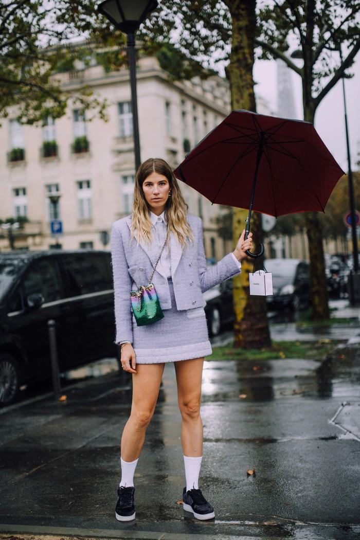 Interpretasi gaya preppy lewat setelan rok pendek warna pastel dengan sneakers. Foto: livingly.com/IMAXtree