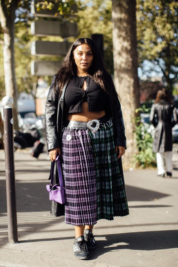 Gaya punk dapat menjadi feminin berkat padanan rok lipit motif tartan dengan crop top. Foto: livingly.com/IMAXtree