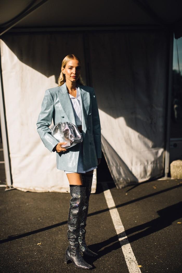 Perpaduan tuxedo jacket dengan mini dress dan boots tinggi hadirkan nuansa glamor dan edgy. Foto: livingly.com/IMAXtree