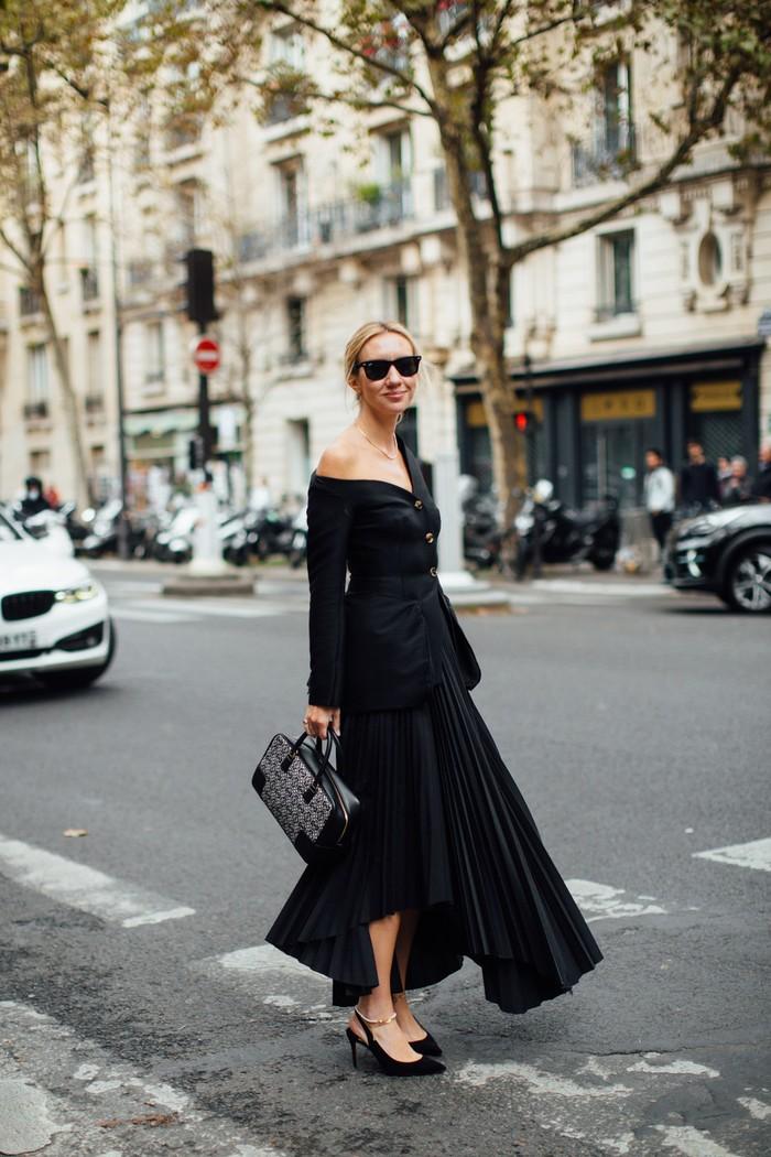 Kesan elegan khas gaya Parisian chic terasa pada tampilan busana serba hitam dengan potongan atasan off-shoulder. Foto: livingly.com/IMAXtree
