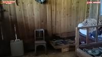 <p>Awalnya, kondisi kamarnya pun sudah sangat menyedihkan karena barang-barang rusak. (Foto: YouTube Daily Tika Weixun di China.)</p>