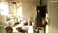 <p>Rumah tua itu pun terlihat horor, Bunda, karena sudah 10 tahun tak dihuni. (Foto: YouTube Daily Tika Weixun di China)</p>