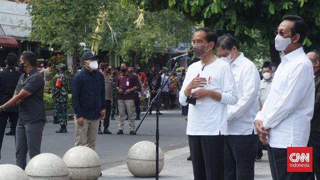 Jokowi meresmikan program pemberian bantuan tunai untuk pedagang kaki lima (PKL) dan pemilik usaha warung kecil di Malioboro, Yogyakarta, Sabtu (9/10).