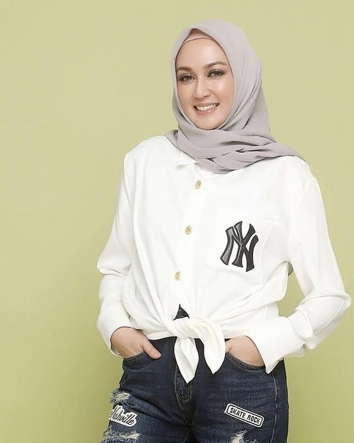Dina Lorenza ternyata juga pernah mencoba karir di bidang politik. Ia pernah mencalonkan diri sebagai calon wakit bupati Bandung pada tahun 2020. (Foto: Instagram @dinalorenza1975)