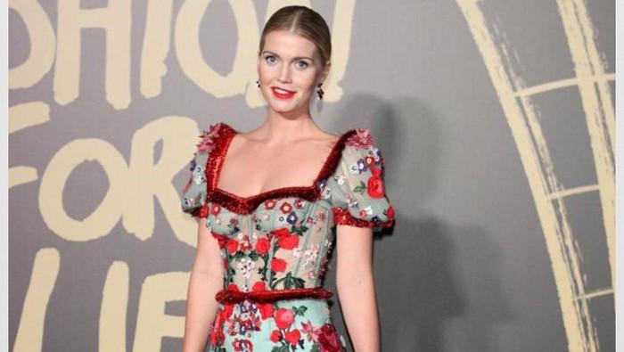 Inspirasi Gaya Feminin dengan Floral Dress ala Kitty Spencer, Keponakan Putri Diana! Harganya Bikin Melongo