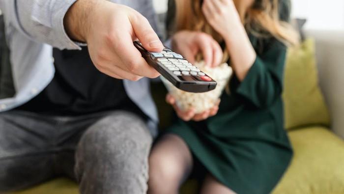 Nonton Maraton atau Binge Watching Bisa Berdampak Buruk Lho pada Kesehatan Mental! Ini Penjelasannya
