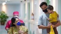 <p>Proses persalinan dilakukandengan operasi caesar, Bunda. Baim dan anak pertamanya, Kiano, tampak menemani Paula melahirkan. (Foto: Instagram @baimwong)</p>