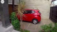 <p>Memasuki rumah Dian, ada garasi mobil di samping pintu masuk rumah. Dian Bara juga memiliki garasi mobil di dalam rumahnya. (Foto: Youtube BAJIDOT VLOG)</p>