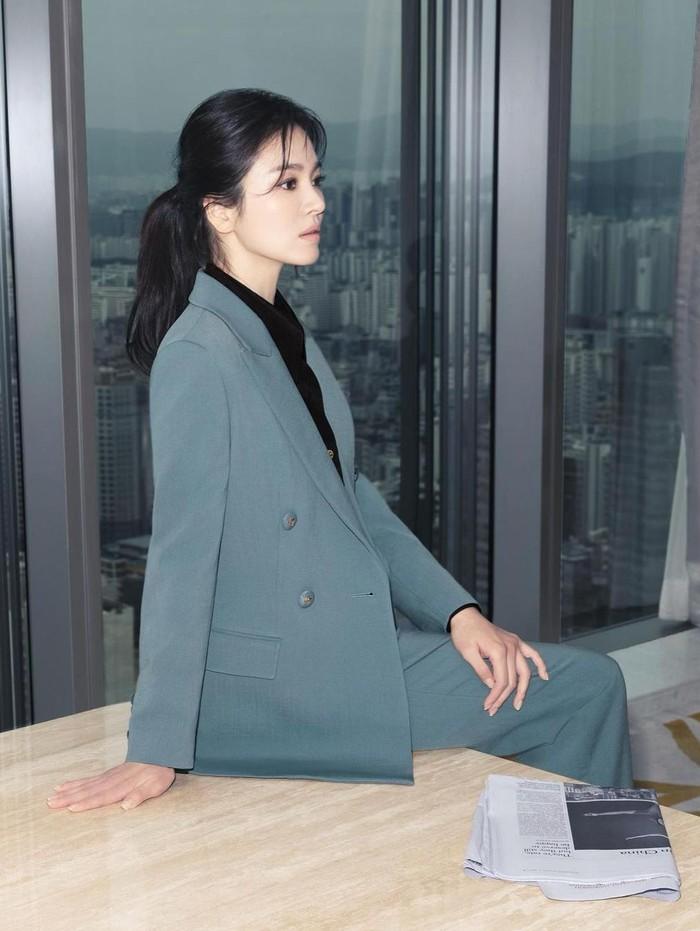 Song Hye Kyo tampil sebagai model untuk brand fashion dari Korea, yaitu MICHAA. Kali ini, ia tampil dalam koleksi 21 Pre-Winter Collection dengan konsep Be An Icon. Dalam potret ini, ia terlihat anggun dengan gaya formal blazer dan celana berwarna biru. Bisa jadi inspirasi outfit untuk ke kantor nih, Beauties!/Foto: Yeongjun Kim