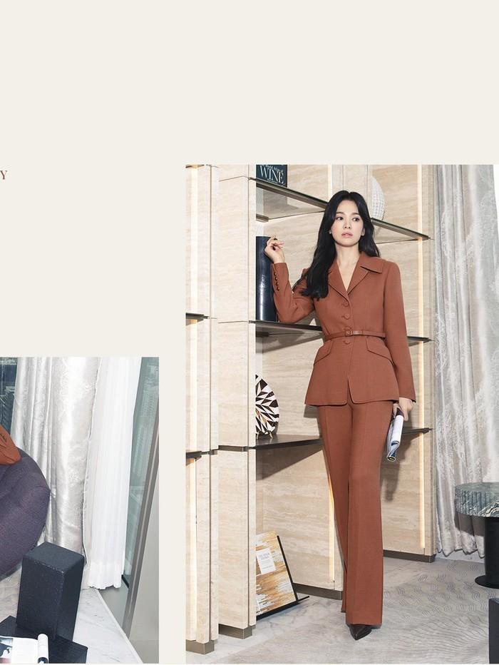 Selain set blazer dan celana berwarna biru, Song Hye Kyo juga tampil dalam set warna lainnya. Warna cokelat bata ini terlihat makin feminin dengan aksen ikat pinggang. Heels berwarna hitam pun terlihat serasi dengan gaya satu ini!/Foto: sisun.com/MICHAA