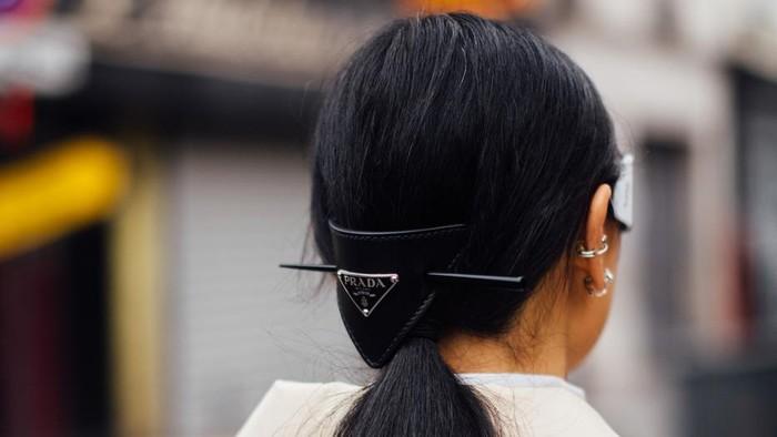Cara lain yang lebih subtle untuk mengikuti tren logomania, yakni lewat aksesori rambut. Foto: livingly.com/IMAXtree