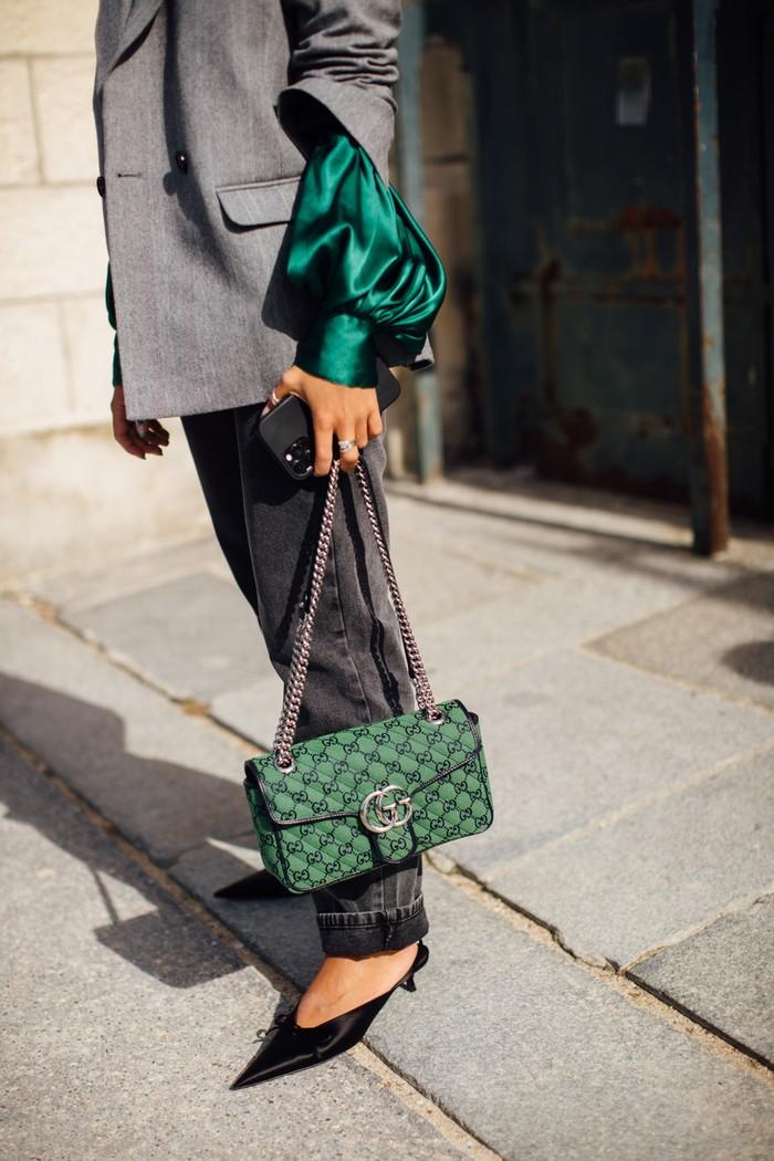 Gaya retro lewat kombinasi sepatu klasik seperti pointy heels yang classy dengan tas logo sedang menjadi favorit para bintang street style di Paris Fashion Week. Foto: livingly.com/IMAXtree
