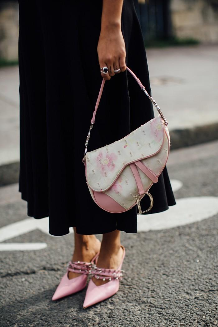 Aksesori serba warna pastel seperti blush yang berpadu dengan busana hitam menciptakan nuansa girly yang lebih elegan. Foto: livingly.com/IMAXtree