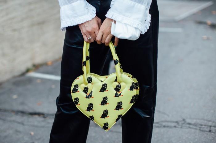 Tak selalu siluet klasik, model tas yang lebih quirky seperti bentuk hati juga dapat menjadi alternatif tampilan yang playful. Foto: livingly.com/IMAXtree