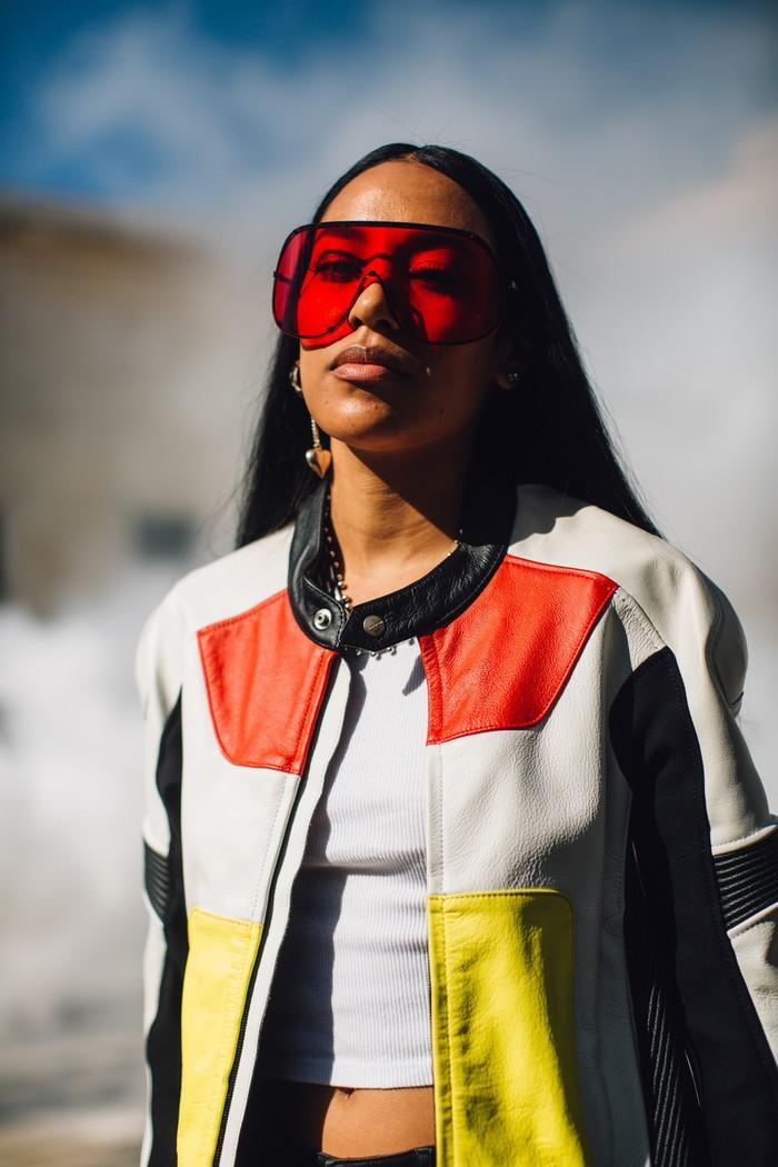 Tren sunglasses tampaknya kembali mengangakt frame berukuran besar dalam nuansa futuristik. Lupakan warna hitam, saatnya pilih warna frame yang lebih berani. Foto: livingly.com/IMAXtree