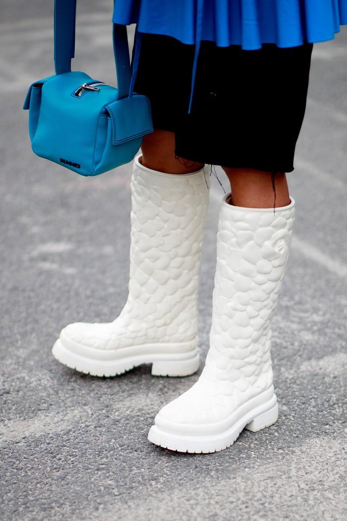 Rain boots dalam warna putih berdetail embossed corak bunga memberi statement tersendiri pada busana minimalis. Foto: livingly.com/IMAXtree