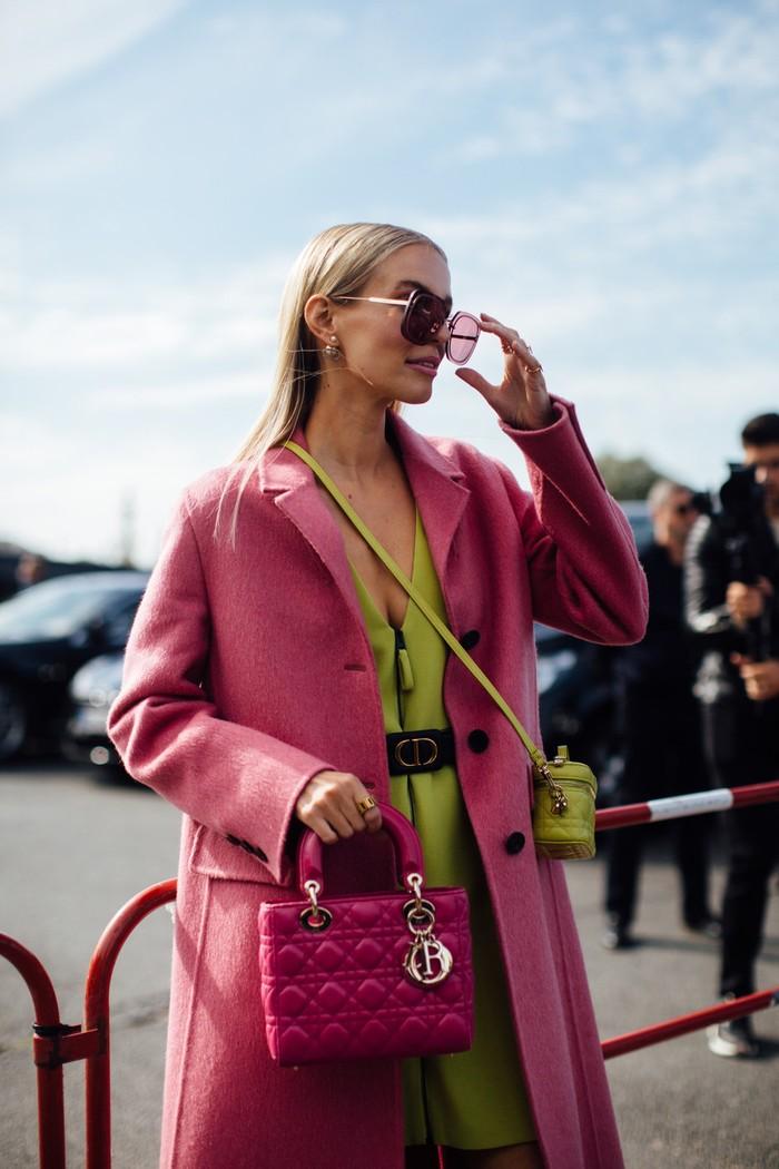 Penyuka tampilan feminin dalam warna pastel jangan ragu untuk bereksplorasi dengan kombinasi warna seperti berikut. Atau bahkan mengenakan dua tas beda ukuran sekaligus. Foto: livingly.com/IMAXtree