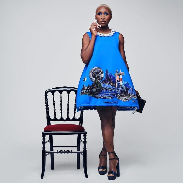 Aktris Cynthia Erivo menjatuhkan pilihan pada gaun biru yang quirky saat menonton fashion show Louis Vuitton. Foto: Instagram Louis Vuitton