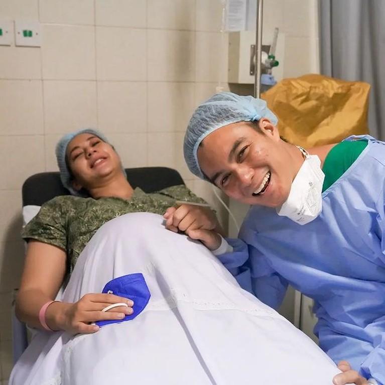 Kabar bahagia datang dari Baim Wong dan Paula Verhoeven yang telah melahirkan anak kedua mereka. Yuk intip momennya!