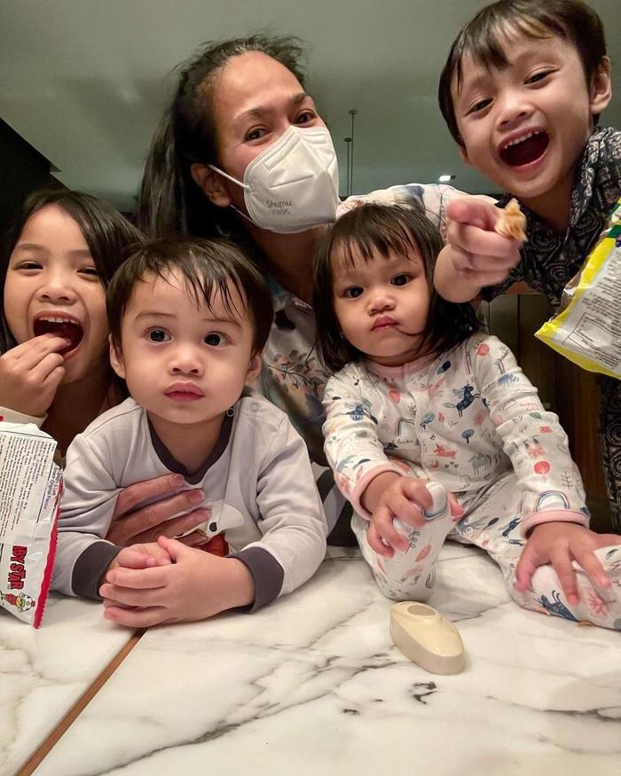 Ia telah memiliki empat cucu dari anaknya, Ricky Harun. Potret kebersamaan dirinya bersama keempat cucunya pun sering kali dibagikannya di laman Instagram. (Foto: Instagram.com/donnaharunofficial)