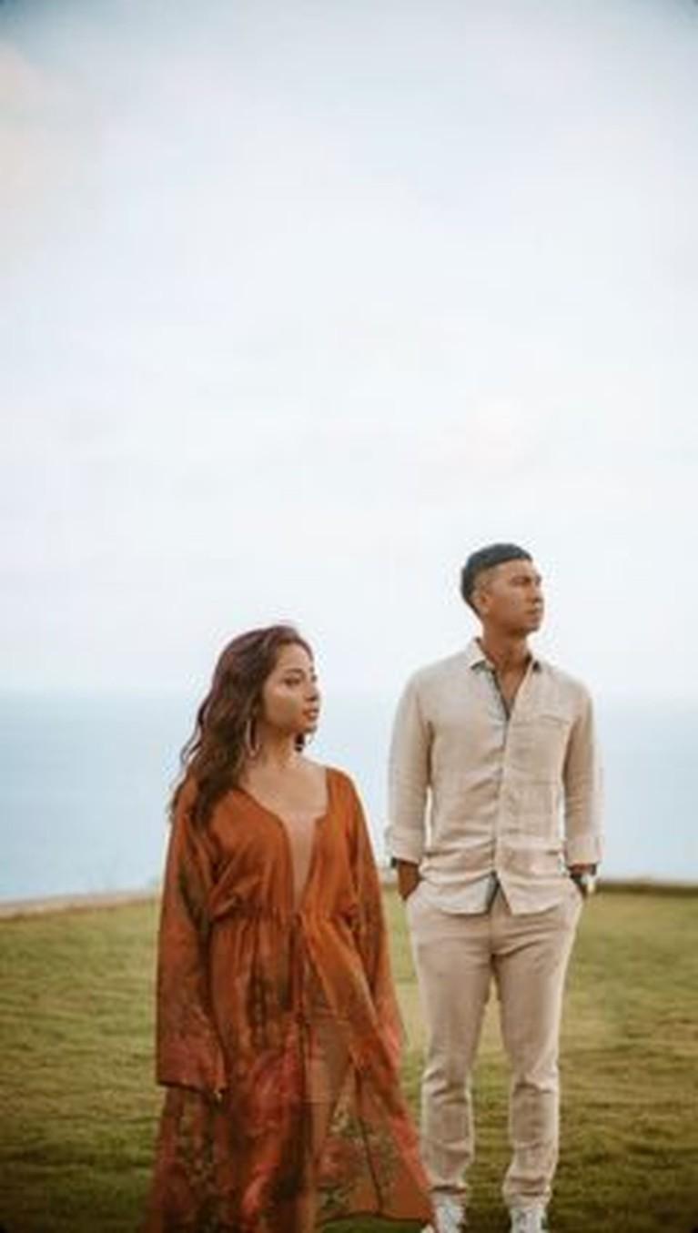 Nikita Willy baru saja membagikan kabar bahagia kehamilan pertamanya dengan sang suami, Indra. Yuk kita intip potret mereka!