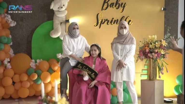 Nagita Slavina mendapatkan kejutan baby sprinkle dari keluarga dan sahabat-sahabatnya. Yuk kita intip momennya!