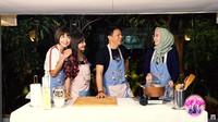 <p>Kedekatan Ariel dan Dina terlihat saat acara masak-masak yang diunggah di kanal <em>YouTube</em> <em>icip icip DinaKekeWindy</em> beberapa waktu lalu. (Foto: YouTube icip icip DinaKekeWindy)</p>