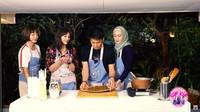 <p>Ketika memasak, Keke dan Windy kerap menggoda Dina dan Ariel tentang pernikahan nih, Bunda. (Foto: YouTube icip icip DinaKekeWindy)</p>