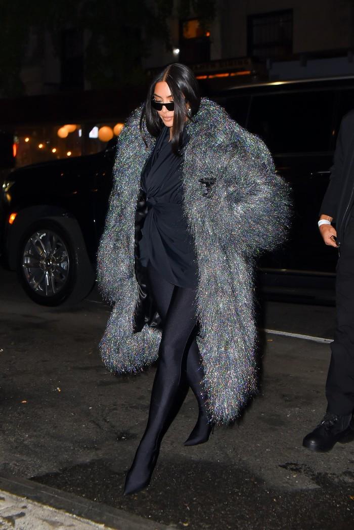 Kim tampil glamor mengenakan coat berbahan faux fur yang dikenakan bersama dress dan boots hitam saat pergi makan malam bersama produser SNL. Foto: Robert Kamau/GC Images/Getty Images