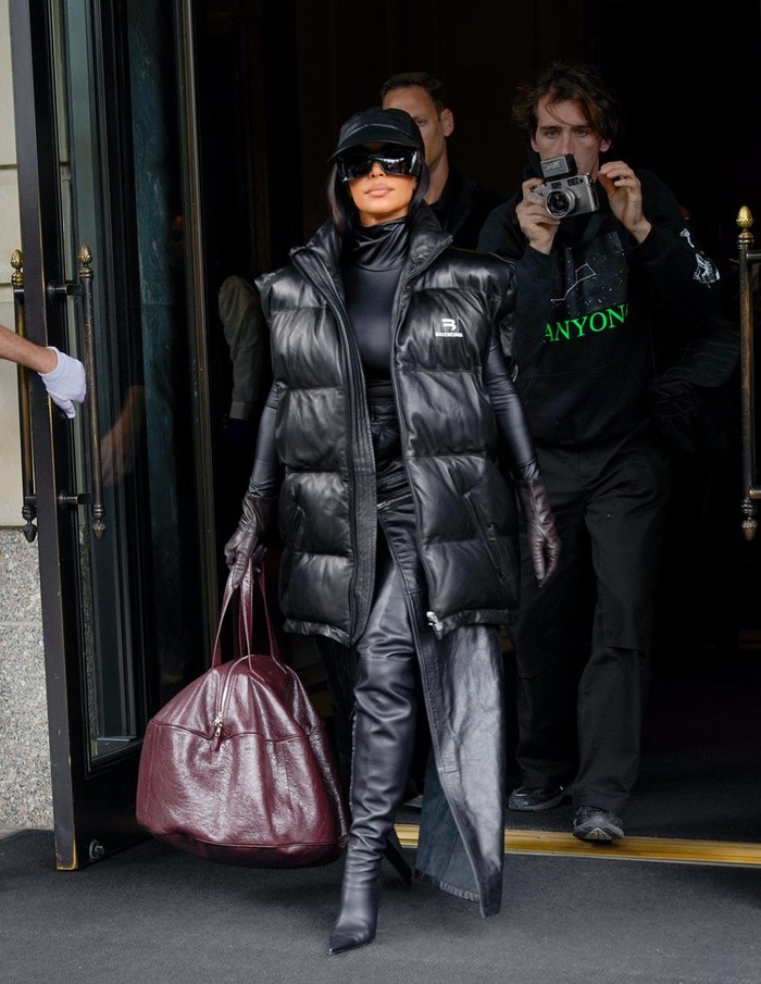 Kim telah mengenal Demna Gvasalia, perancang Balenciaga, sejak masih menikah dengan Kanye West. Kini ibu dari 4 anak ini tampil hypebeast mengenakan baju bergaya sporty. Foto: Gotham/GC Images