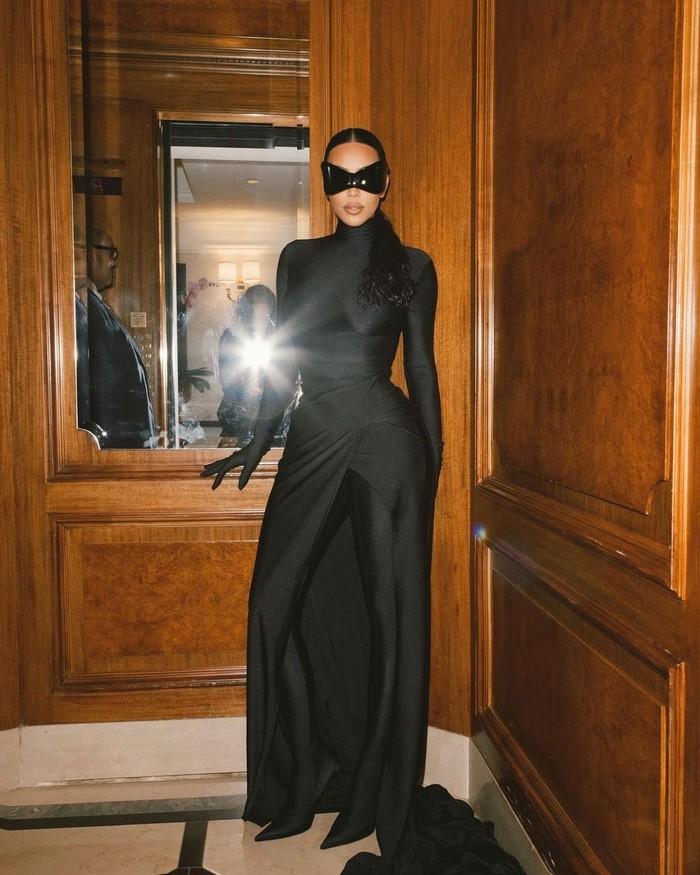 Ketika menghadiri acara after party dari Met Gala, ia tampil bak karakter superhero dengan mengenakan eye mask. Foto: Instagram Kim Kardashian