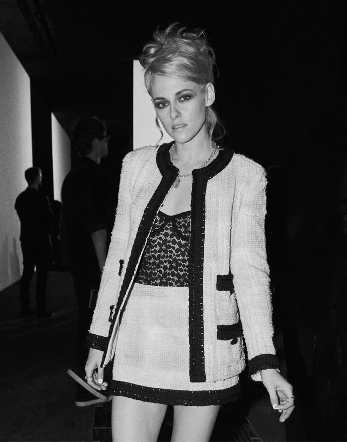 Setelan rok dengan gaya rambut updo yang berkesan retro chic jadi tema gaya Kristen Stewart kala menonton peragaan Chanel. Foto: Courtesy of Chanel