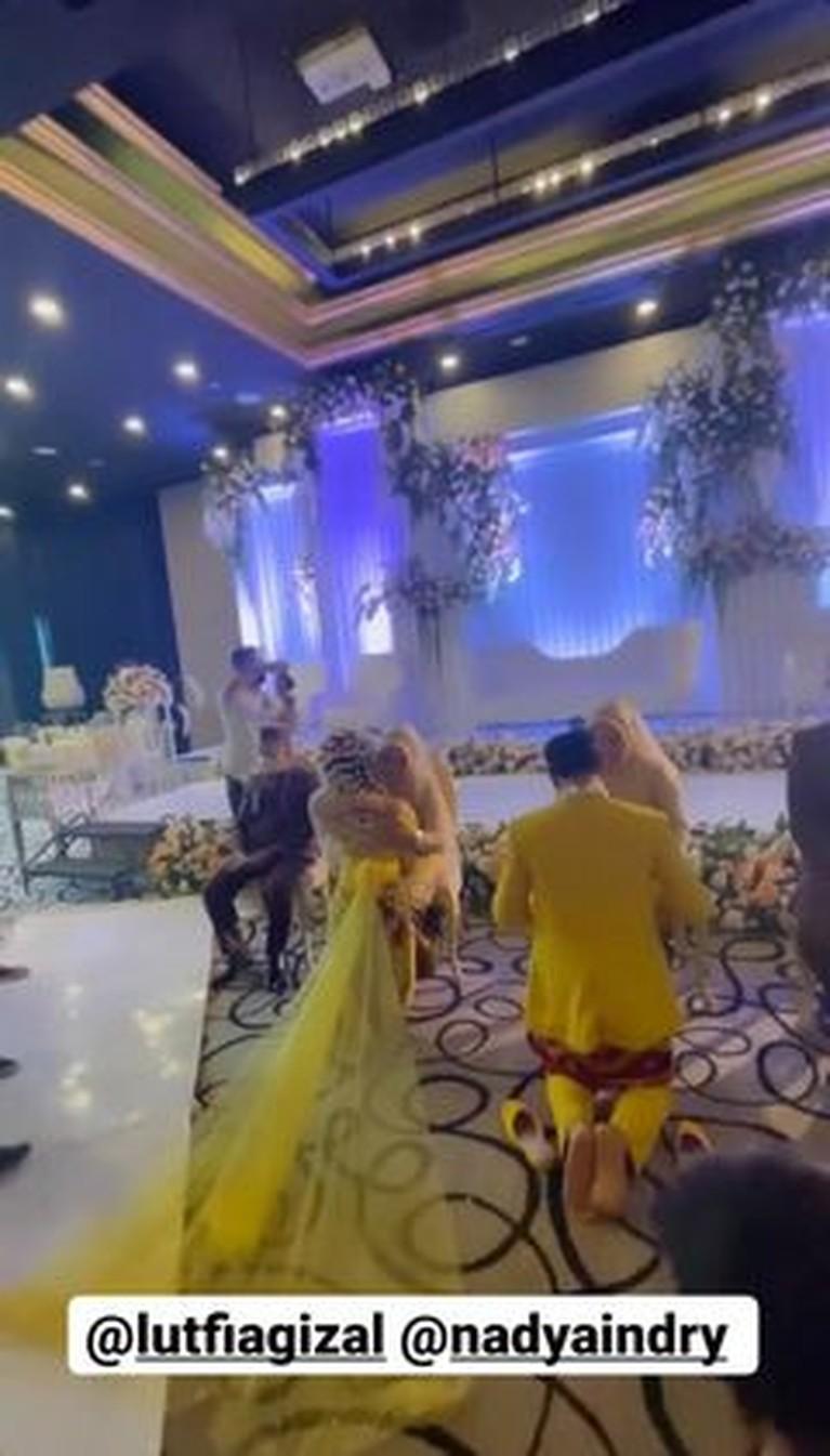 Lutfi Agizal resmi menikahi sang kekasih Nadya Indri di kawasan hotel mewah di Jakarta. Yuk kita intip momennya!