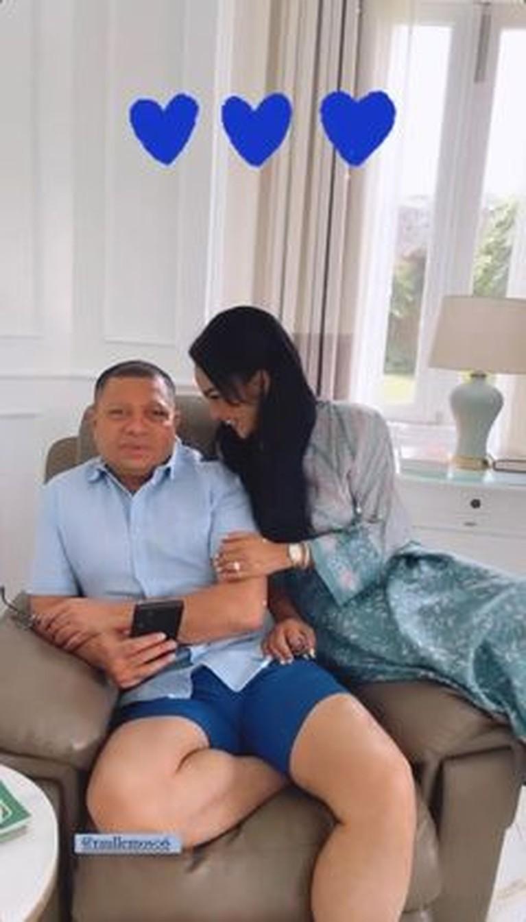 Kebahagiaan tengah dirasakan Krisdayanti akhirnya bisa bertemu sang suami tercinta Raul Lemos setelah setahun LDR. Yuk intip!