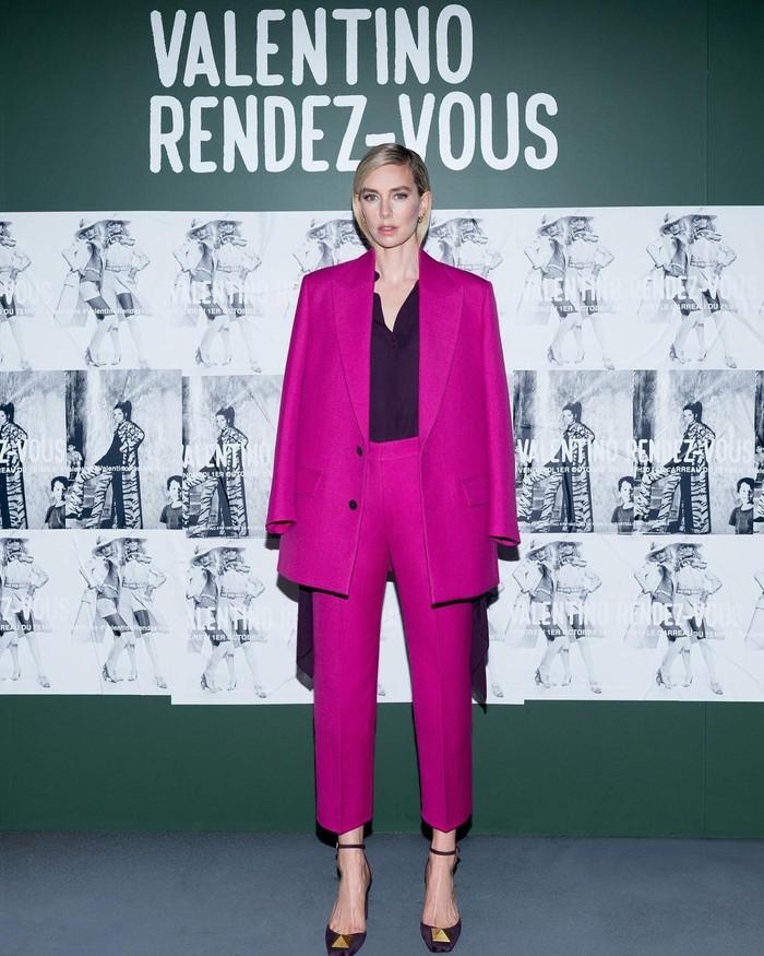 Setelan jas dalam warna fuschia dapat menjadi alternatif untuk tampil formal dan elegan seperti Vanessa Kirby ketika menghadiri peragaan Valentino. Foto: Instagram Maison Valentino