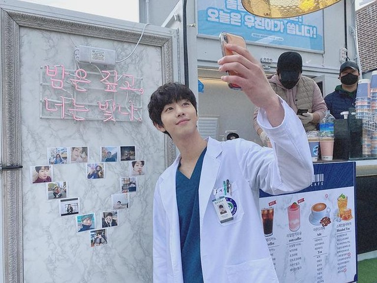 9 Potret Tampan Aktor Korea Dalam Balutan Jas Putih