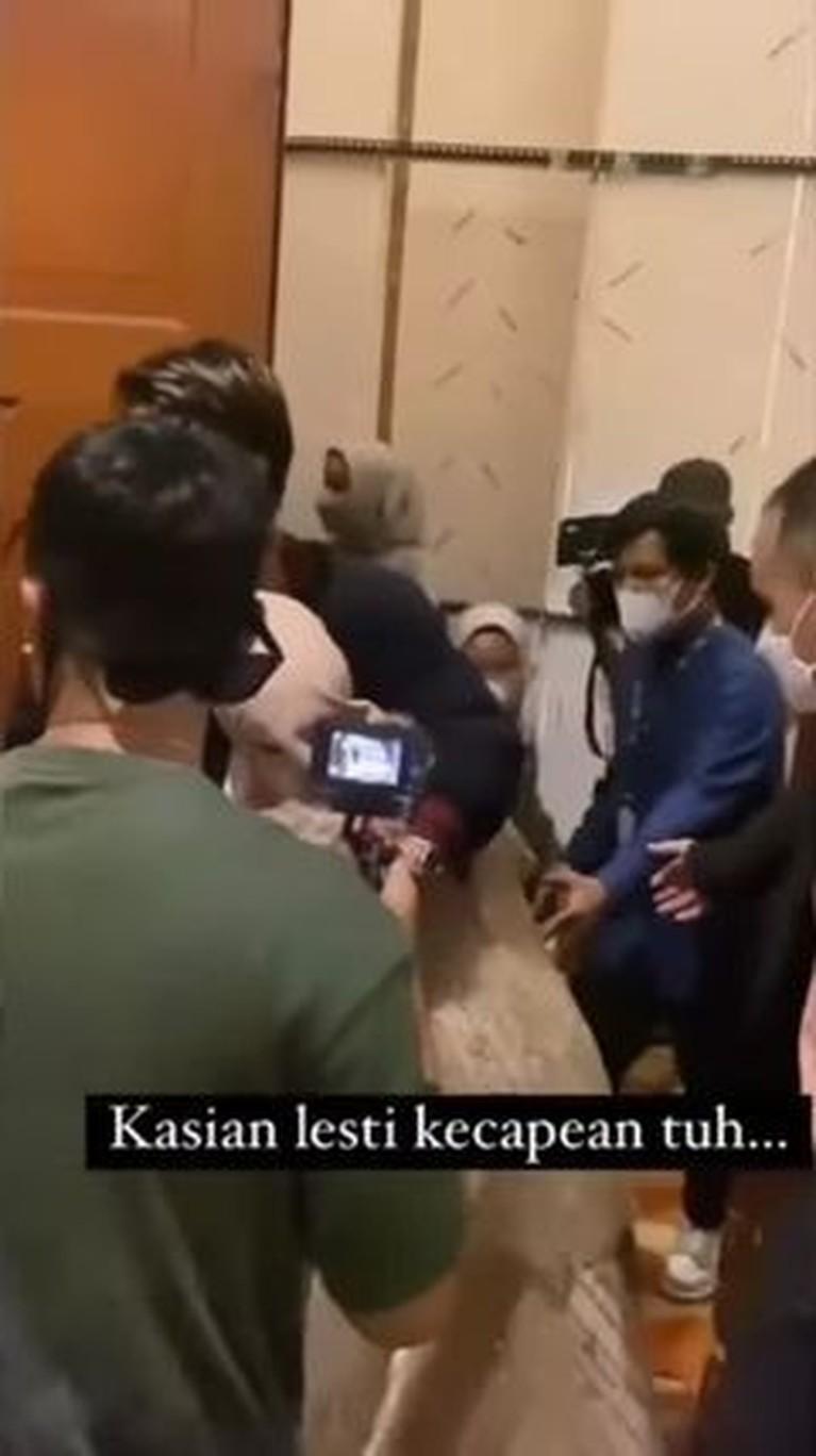 Media sosial sedang dihebohkan oleh video Lesti Kejora pingsan usai mengisi sebuah acara. Yuk kita lihat detik-detik jelang ia pingsan!