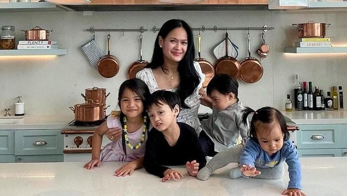 Rahasia Awet Muda Donna Harun di Usia 53-an, Tetap Cantik Saat Temani 4 Cucu Gemasnya