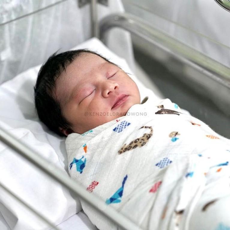 Kebahagiaan keluarga Baim Wong semakin lengkap dengan kehadiran Kenzo Eldrago Wong yang baru lahir pada Sabtu (9/10). Yuk intip!