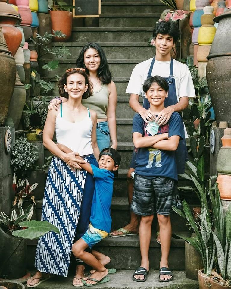 Wanda Hamidah menjadi sosok single mom yang mandiri dan idaman. Yuk kita intip potret kebersamaannya dengan anak-anaknya!