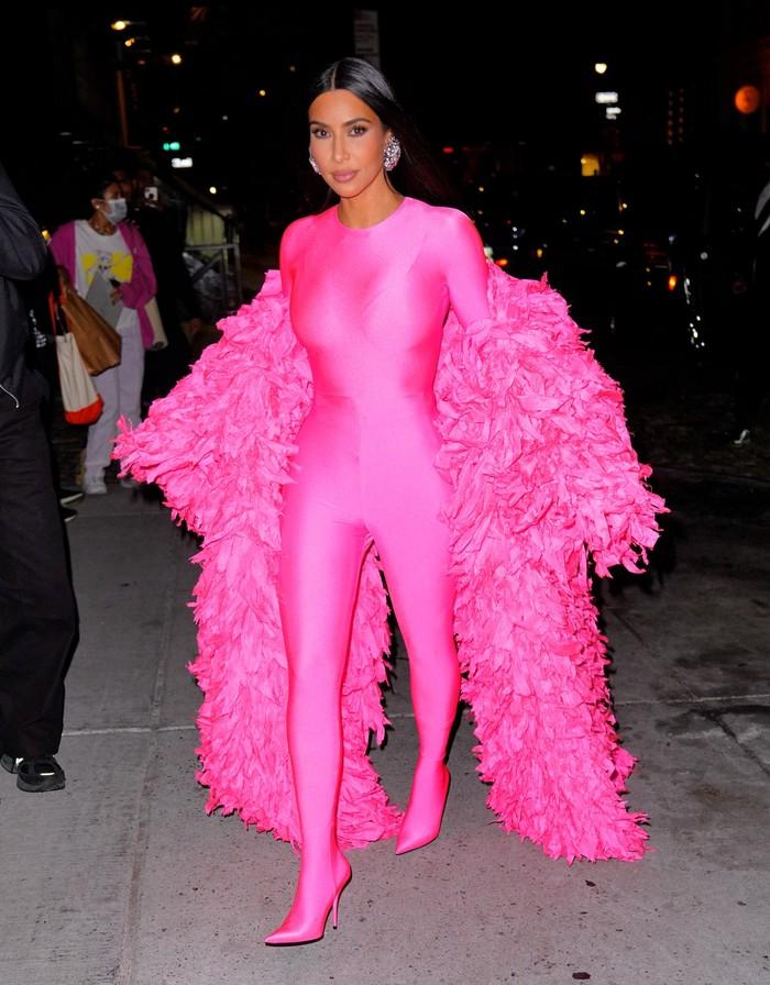 Selepas syuting SNL, ia pergi meninggalkan lokasi acara mengenakan catsuit dan feathers coat! Foto: Getty Images