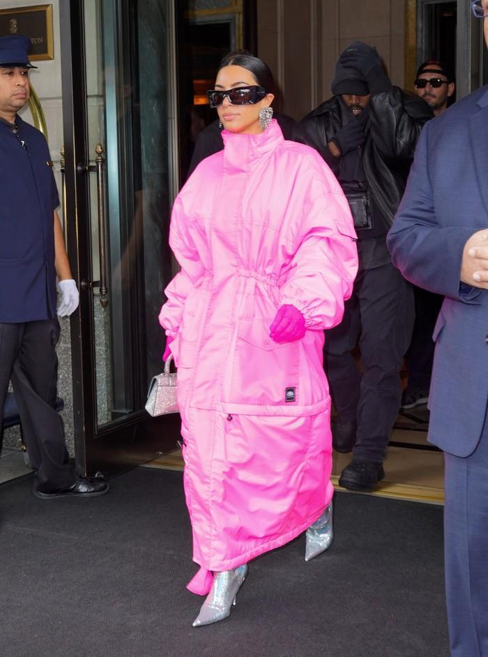 Saat pergi menuju studio SNL, Kim kembali tampil serba pink kali ini mengenakan parka panjang dan padanan sepatu dan tas perak. Foto: Getty Images