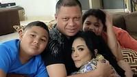 <p>Raul Lemos dan Krisdayanti sudah satu tahun lebih terpisah, Bunda. Pada pertengahan tahun lalu, Raul Lemos menetap di Timor Leste. Sekitar 15 bulan, ia tidak bisa pulang ke Jakarta terkait kebijakan pandemi COVID-19. (Foto: Instagram @krisdayantilemos)</p>