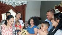<p>Raul Lemos bahkan langsung menghadiri acara ulang tahun Ibunda Krisdayanti, Rochma Widadiningsih. Mereka terlihat bahagia bisa kembali berkumpul bersama keluarga. Untuk dapat pulang ke Indonesia, Raul Lemos mengaku telah mengikuti prosedur yang panjang. Sebelum tiba di rumah, ia juga harus menjalankan karantina di Kupang, NTT. (Foto: Instagram @krisdayantilemos)</p>