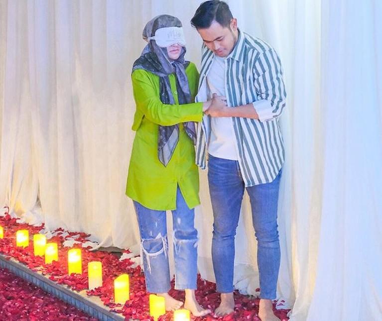 Crazy Rich Malang Gilang Juragan 99 memberikan kejutan romantis di hari ulang tahun sang istri. Yuk intip momennya!