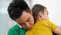 <p>Baim Wong memeluk erat Kiano sebelum mendampingi Paula melahirkan. Kiano terlihatmenenangkan sang ayah yang deg-degan. (Foto: Instagram @baimwong)</p>